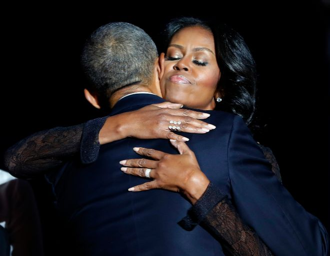 Michelle Obama, abrazando a su marido Barack Obama.