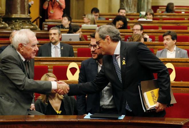 Ernest Maragall saludando al presidente Quim Torra Jordi SoterasMUNDO e5dd2d3484377