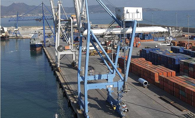 Tráfico de contenedores de materias primas en el puerto de Castellón.