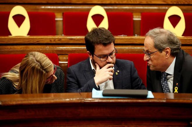 Quim Torra conversa con Pere Aragonès y con Elsa Artadi.