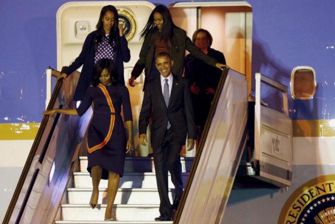 Barack y Michelle Obama bajan del avión presidencial junto a sus hijas Malia y Sasha en 2016.