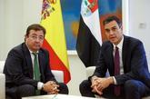 Pedro Sánchez y el presidente de la Junta de Extremadura, Guillermo...