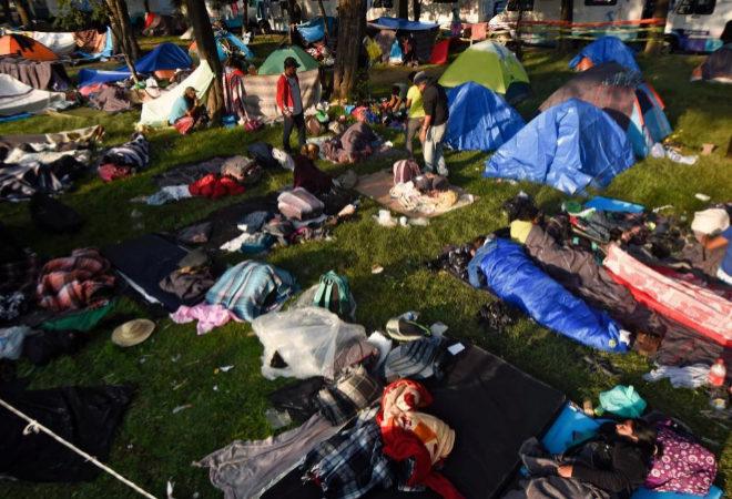 Migrantes centroamericanos, en su mayoría hondureños, que participan en una caravana hacia los Estados Unidos, descansan durante una parada en su viaje, en la Ciudad de México el 7 de noviembre de 2018