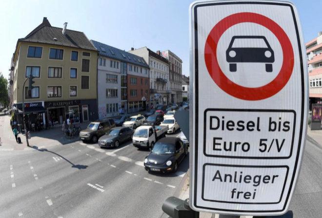 Una señal que prohíbe el acceso a los vehículos diésel más antiguos en Hamburgo