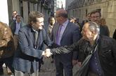 Pablo Casado saluda a un hombre durante un paseo por el centro de...