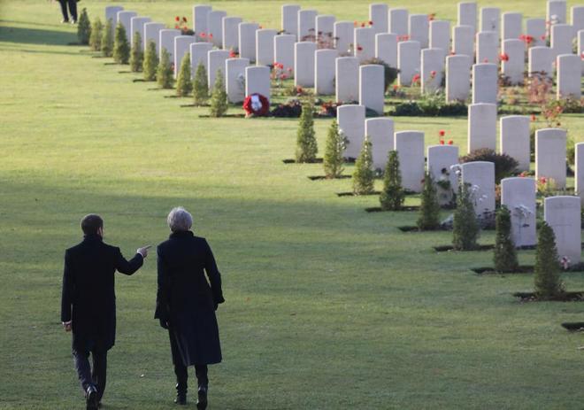 El presidente francés y la primera ministra británica visitan el Memorial de Thiepval, en Francia.