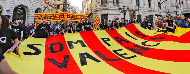 Cabecera de una manifestación de Acció Cultural en favor de la lengua valenciana y del regreso de las emisiones de TV3 a la Comunidad en pleno centro de la capital.