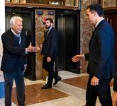 Felipe González y Pedro Sánchez se saludan en la inauguración,...