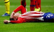 Giménez, tumbado en el suelo tras lesionarse ante el Borussia, en el Metropolitano.