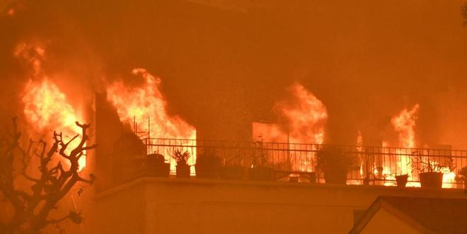 El incendio de Malibú arrasa una casa.