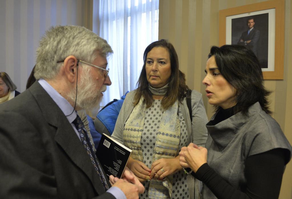 Florencio Domínguez conversa con Maite Araluce y Marta Buesa.