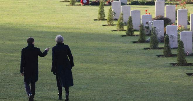 El presidente francés, Emmanuel Macron, y la primera ministra británica, Theresa May, visitan el Memorial de Thiepval, en Francia.