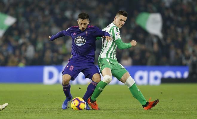 Fran Beltrán (izda.) pugna por el balón con Lo Celso durante el Betis-Celta.
