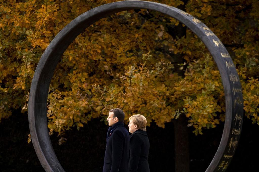 La canciller alemana, Angela Merkel, y el presidente francés, Emmanuel Macron, asisten a una ceremonia en el Claro del Rethondes (o claro del Armisticio) en el Bosque de Compiègne (Francia), el 10 de noviembre de 2018. Macron se encuentra actualmente en una gira de seis días para visitar los lugares más emblemáticos de la Primera Guerra Mundial previa a las celebraciones del centenario del armisticio del 11 de noviembre de 1918.