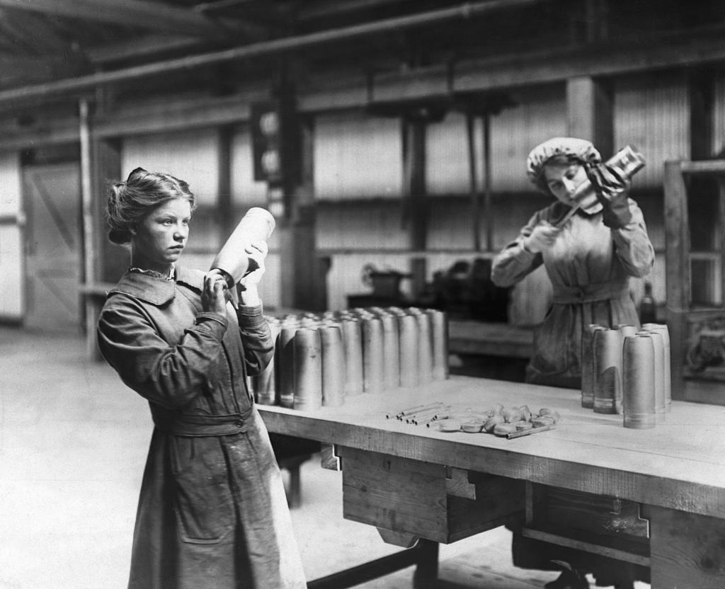 Operarias en la fábrica de armamento de Vickers Ltd.