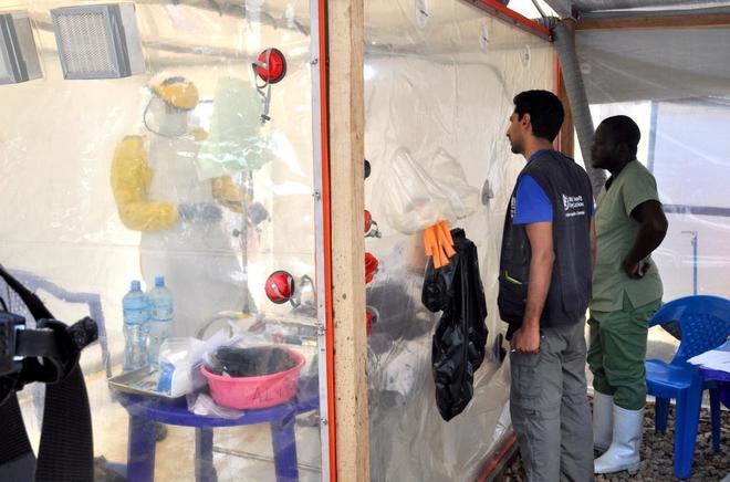 Médicos en una zona de aislamiento del ébola en un centro de Beni.