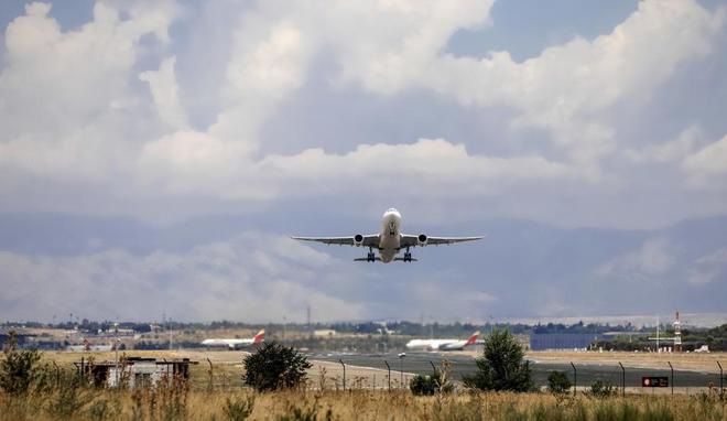 Un avión despega en el aeropuerto de Madrid-Barajas