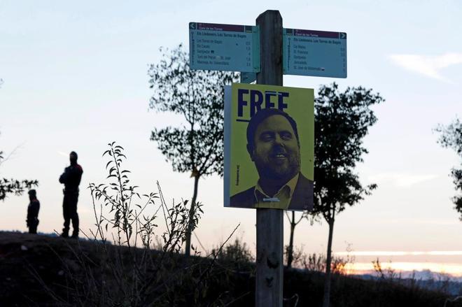 Un cartel con el rostro del ex vicepresidente de la Generalitat frente al Centro Penitenciario Lledoners.