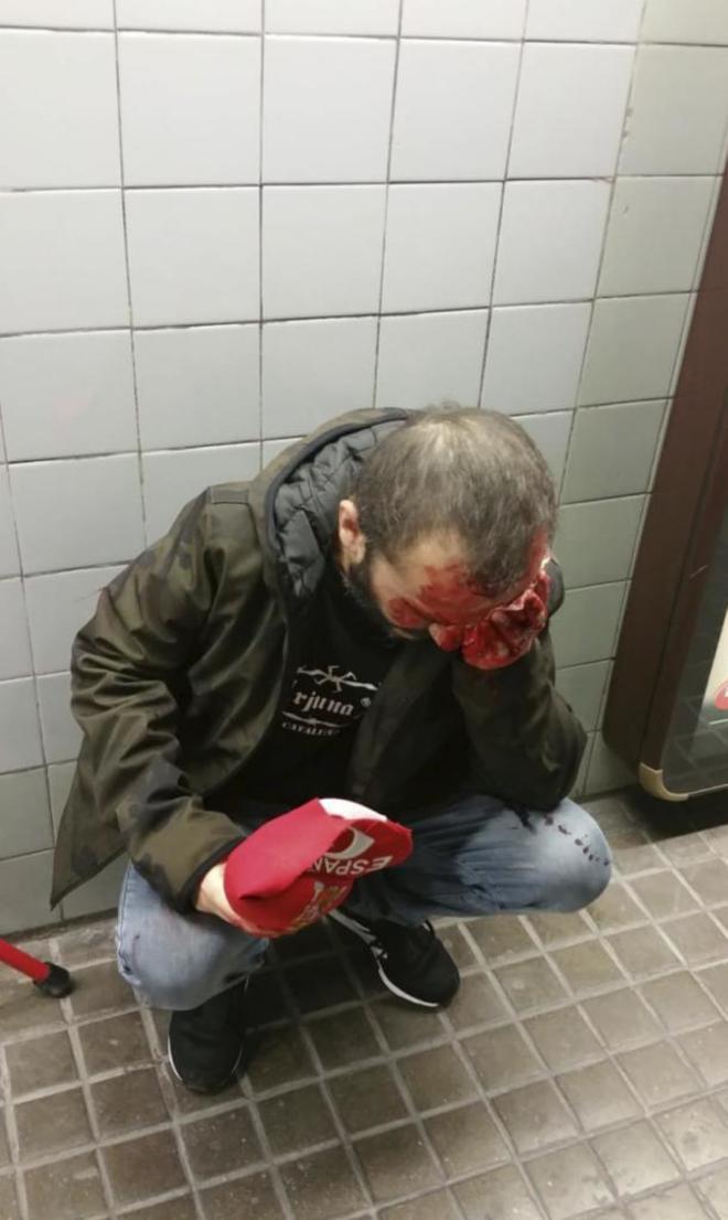 Un hombre agredido en el metro de Barcelona, tras la manifestación de Jusapol, por llevar una gorra y una bandera de España.