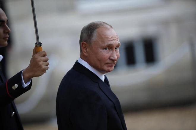 Vladimir Putin abandona el Elíseo tras la comida con los líderes mundiales.