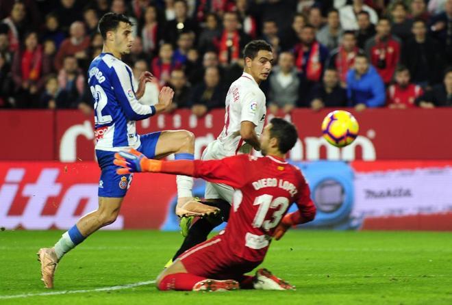 Ben Yedder pica el balón sobre Diego López en la jugada de la victoria del Sevilla.