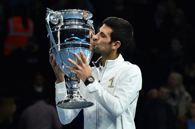 Novak Djokovic besa el trofeo que le acredita como número 1 de 2018.