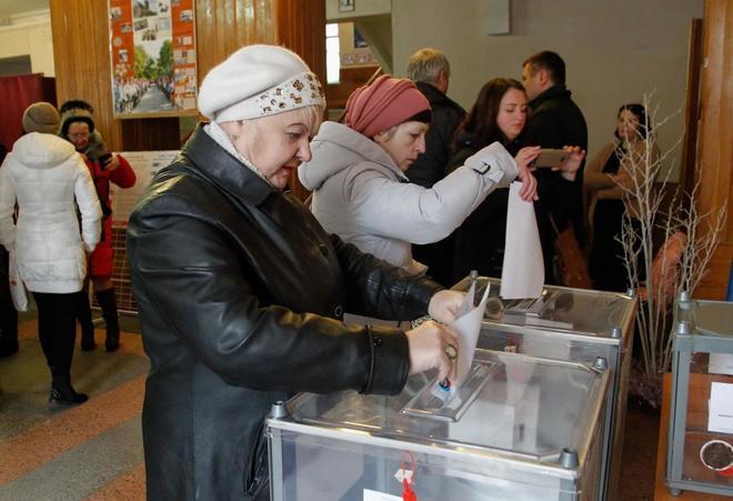 Residentes de Donetsk durante las votaciones para elegir presidentes y diputados.