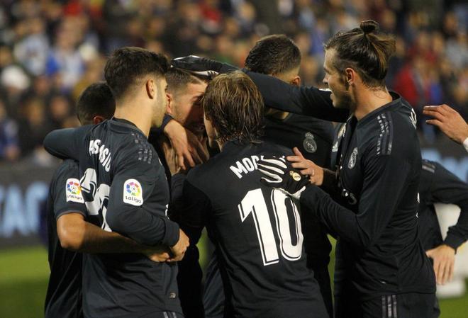 Los jugadores del Madrid celebran el primer gol de Benzema en Vigo.
