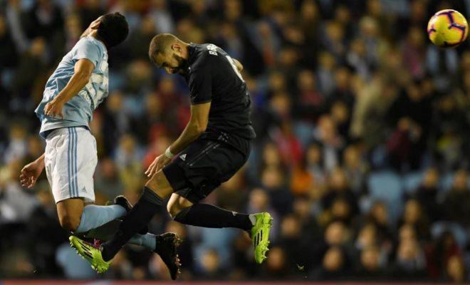 Benzema, ante Cabral, en una lucha por un balón aéreo.