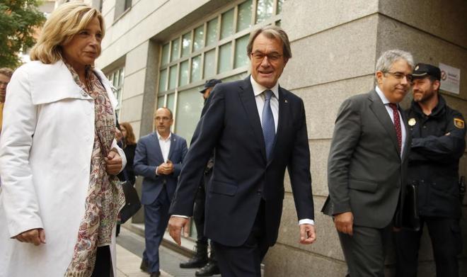 Artur Mas, con los ex 'consellers' Irene Rigau y Francesc Homs entrando en el Tribunal de Cuentas el pasado 10 de octubre.