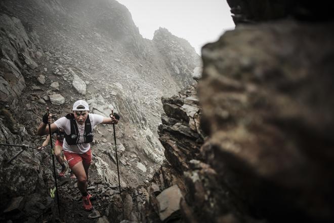 Ascensión por una inclinada ladera de piedras sueltas.