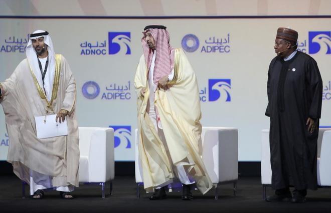 El ministro de Energía de Arabia Saudí, Khalid al-Falih, -en el centro- durante la inauguración de la feria Adipec en Abu Dabi.