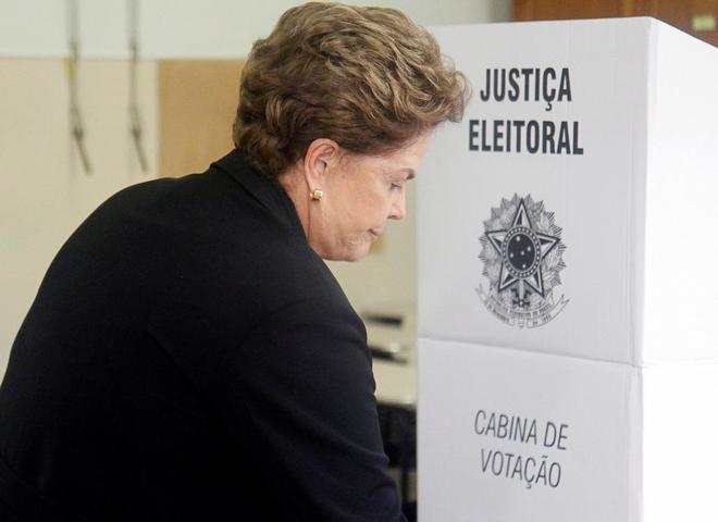 La ex presidenta brasileña Dilma Rousseff vota en las elecciones presidenciales que ganó Jair Bolsonaro.
