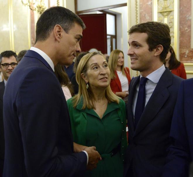 Pablo Casado y Pedro Sánchez se saludan, en presencia de Ana Pastor, el pasado 6 de septiembre en el Congreso.