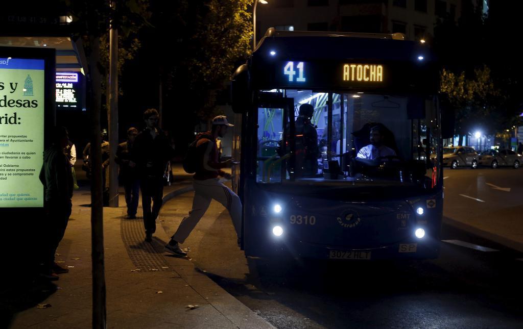 Un autobús de la Empresa Municipal de Transportes de Madrid recoge pasajeros en una parada.