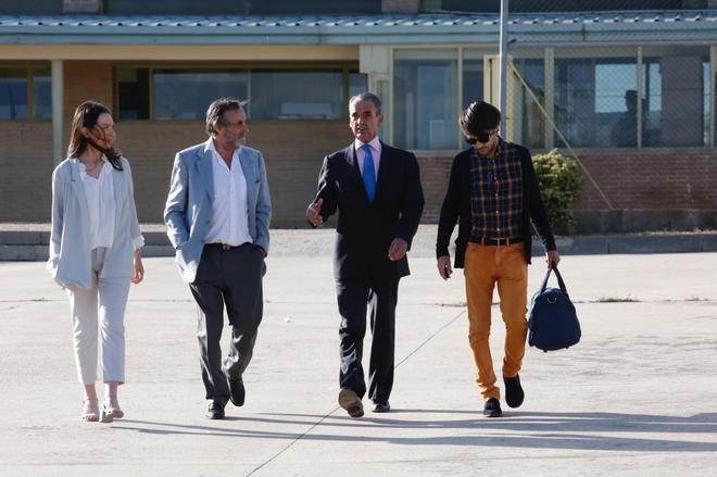 El ex banquero Mario Conde (segundo por la dcha.), a su salida de prisión, el 17 de junio de 2016.