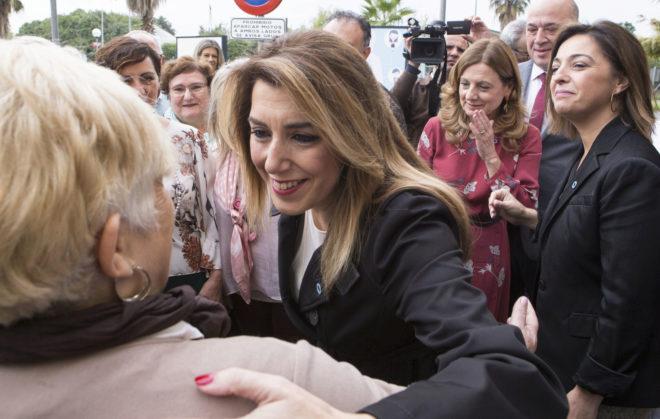 Susana Díaz saluda a una señora en un acto electoral en Córdoba