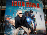 Stan Lee, ante el cartel de Iron Man 3