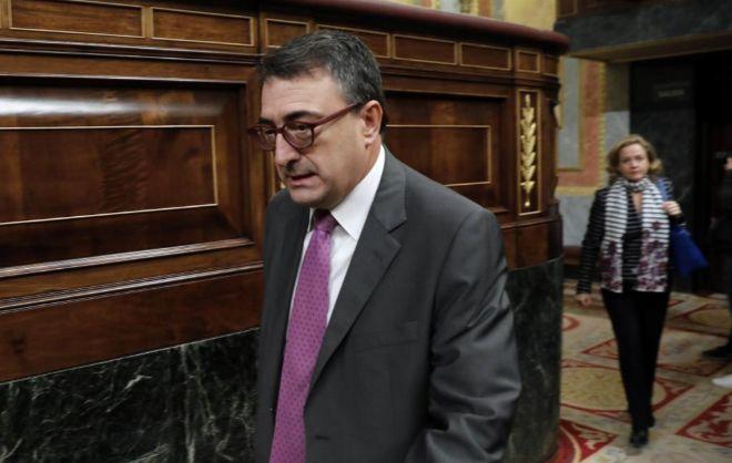 El portavoz de los nacionalistas vascos, Aitor Esteban, en el Congreso seguido de la ministra de Economía, Nadia Calviño.