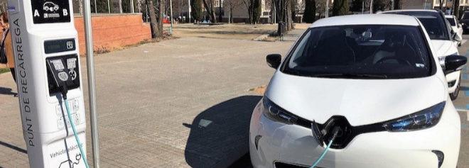 Un coche eléctrico enchufado  en un punto de recarga.