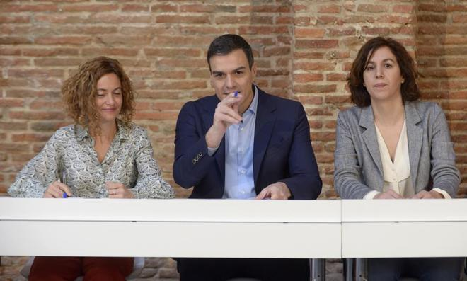 De izquierda a derecha,  Meritxell Batet, Pedro Sánchez e Irene...