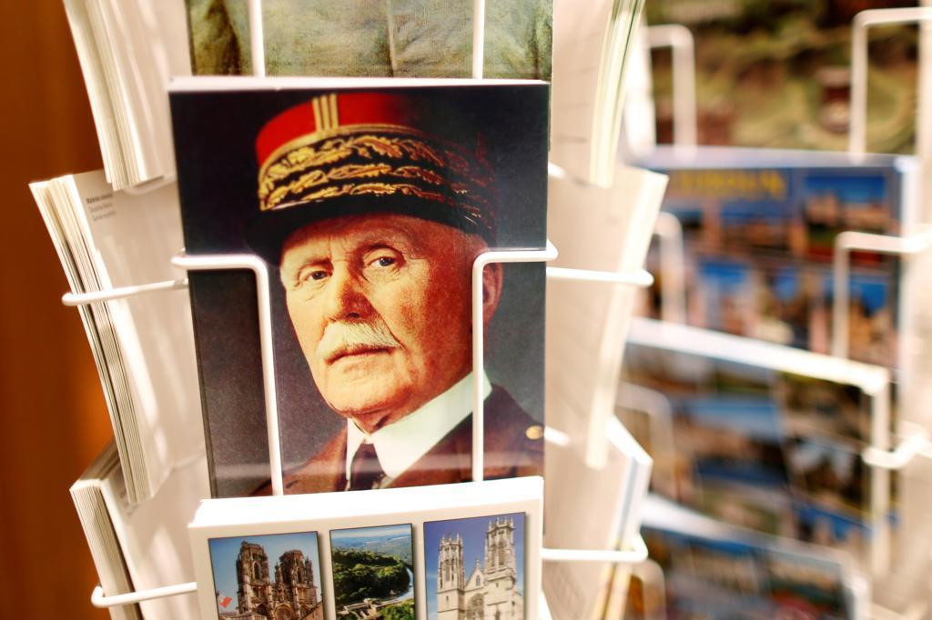 Una postal del mariscal Pétain, en una tienda de recuerdos cerca de Verdún, al noroeste de Francia.