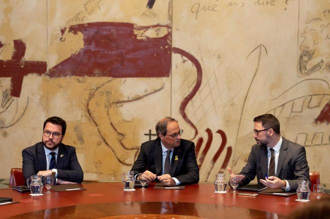 El presidente de la Generalitat, Quim Torra, junto a su vicepresidente, Pere Aragonés, y el secretario del Govern, Víctor Cullell, durante la reunión de urgencia del ejecutivo.