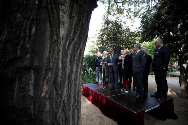 El ex presidente de la Generalitat Artur Mas durante la declaracion que ha realizado hoy en los jardines del Palau Robert, flanqueado por los ex consellers.