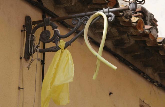 Lazos amarillos en un farola de la localidad barcelonesa de Vilassar...