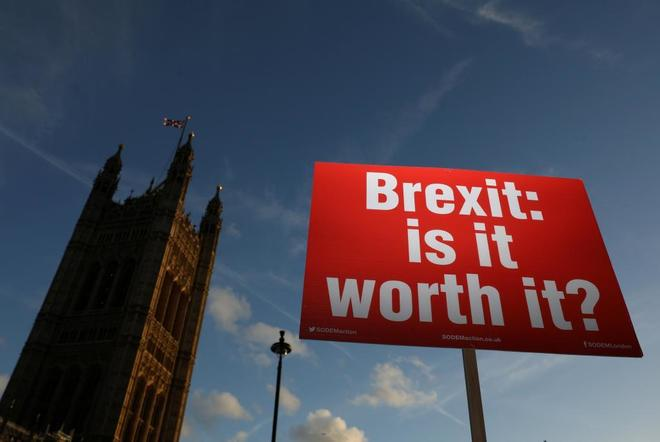 Pancarta anti Brexit frente al Parlamento británico en Londres, Reino Unido.