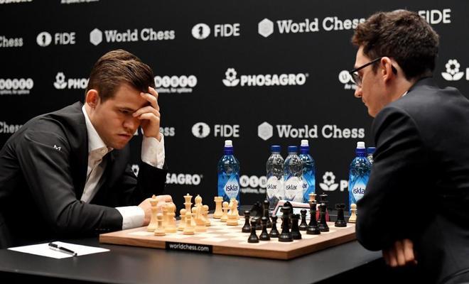 Magnus Carlsen (izda), frente al aspirante al título, el estadounidense Fabiano Caruana.