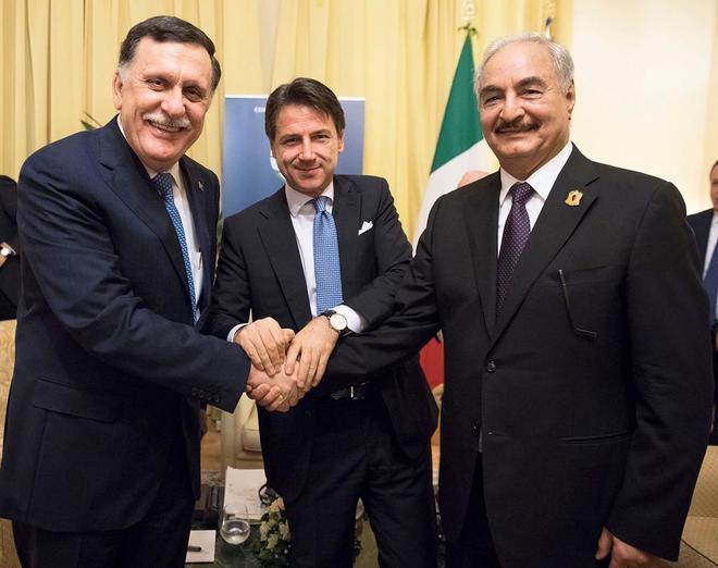 Giuseppe Conte junto a el primer ministro libio Al Serraj y el mariscal Jalifa Hafter.