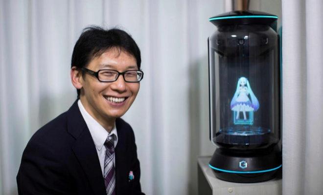 Akihiko Kondo junto al holograma de Hatsune Miku