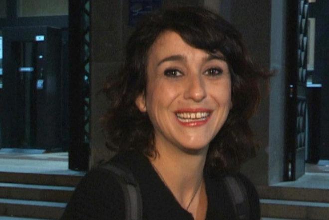 Juana Rivas sonríe tras salir de los juzgados de Cagliari donde ha declarado el mayor de sus hijos.